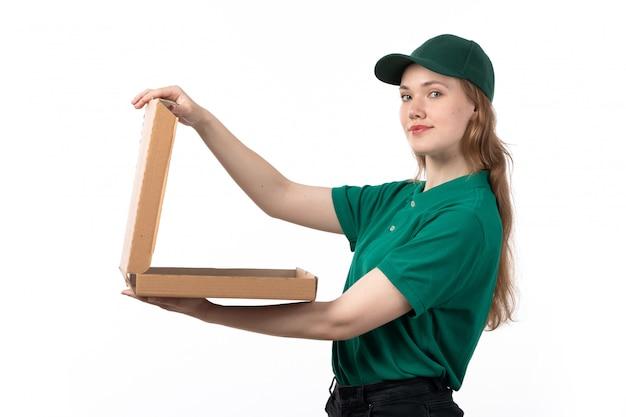 Uma jovem mensageira de uniforme verde segurando um pacote de entrega de comida