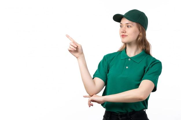 Uma jovem mensageira de uniforme verde sorrindo e apontando com o dedo