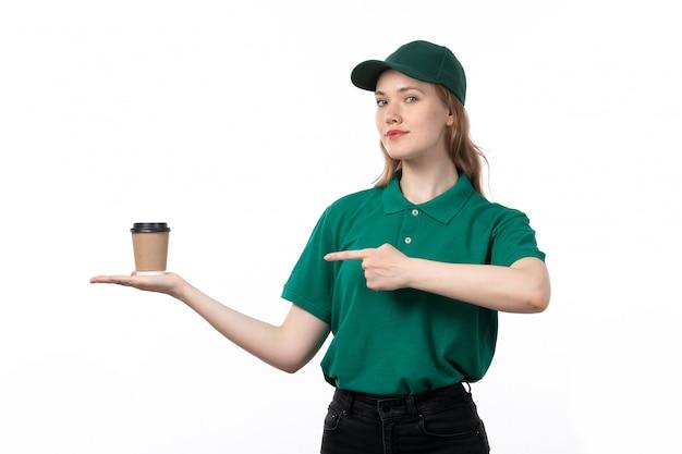 Uma jovem mensageira de uniforme verde, sorrindo, segurando a xícara de café