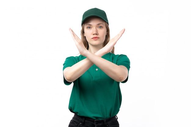 Uma jovem mensageira de uniforme verde, vista frontal, mostrando sinal de proibição com os braços erguidos
