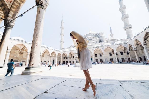 Uma jovem muçulmana com um lenço vai à mesquita, istambul. férias de verão, viagens. garota hispânica, iraniana, mulher síria