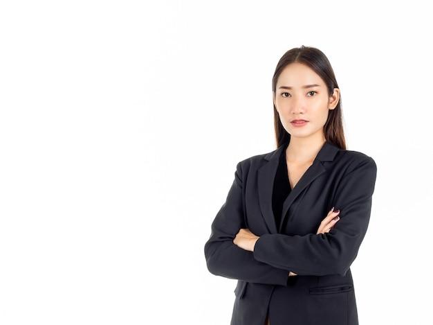 Uma jovem mulher de negócios asiática confiante em um terno preto, com os braços cruzados e olhando para a câmera