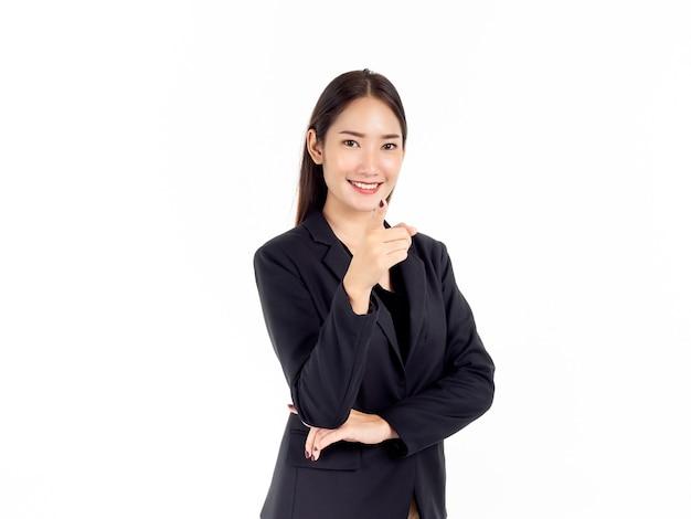 Uma jovem mulher de negócios asiática confiante em um terno preto com sucesso sorrindo, levantando e apontando o dedo para a câmera