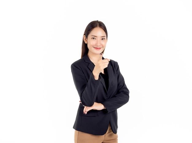 Uma jovem mulher de negócios asiática confiante em um terno preto e sorrindo