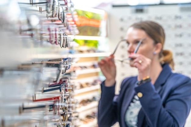 Uma jovem mulher em uma loja de óptica
