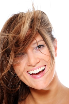 Uma jovem mulher feliz sorrindo sobre fundo branco