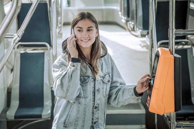 Uma jovem mulher sem contato paga transporte público