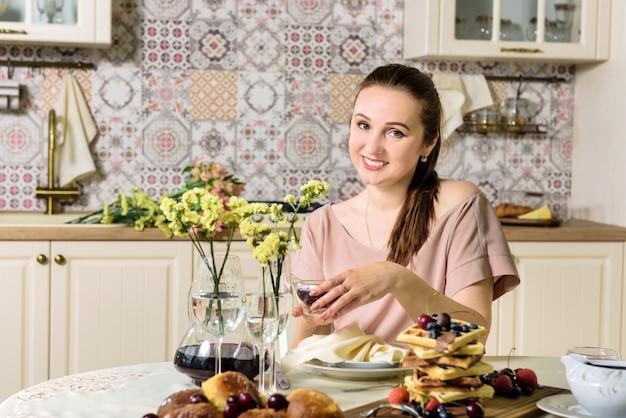 Uma jovem mulher senta-se à mesa