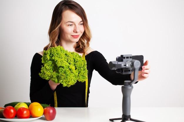 Uma jovem no lightroom escreve um blog sobre perda de peso e alimentação saudável