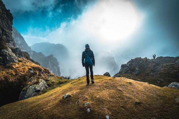 Uma jovem no topo, entre o nevoeiro no topo da montanha de aiako harriak, oiartzun. país basco