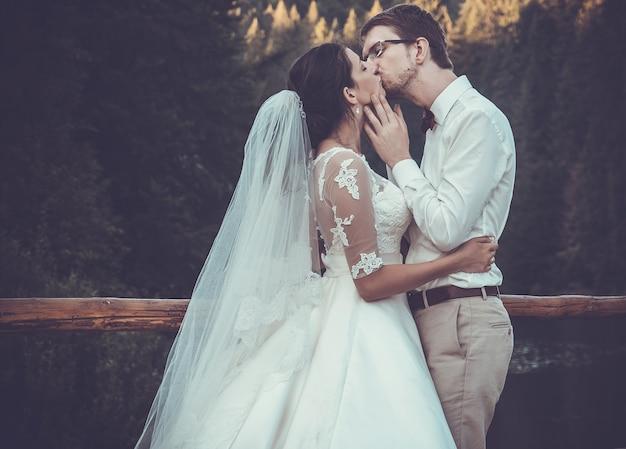 Uma jovem noiva e noivo juntos ao ar livre