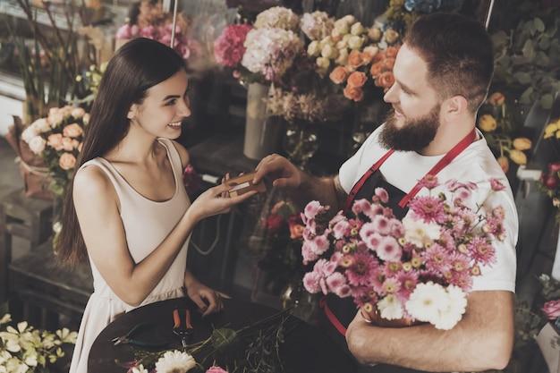 Uma jovem paga a compra de uma flor