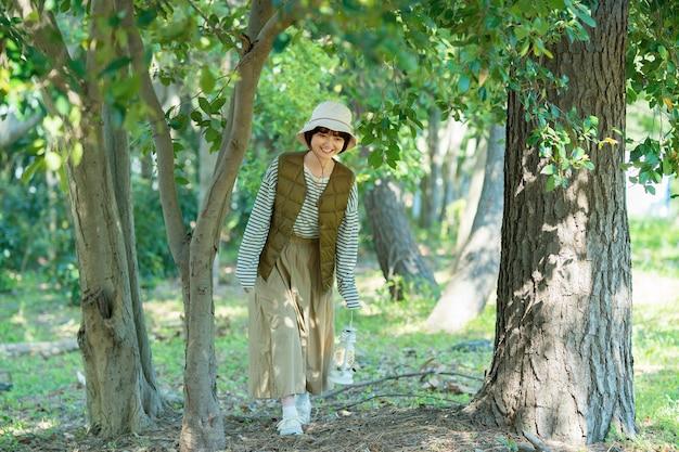 Uma jovem passeando por uma floresta brilhante em um dia bom