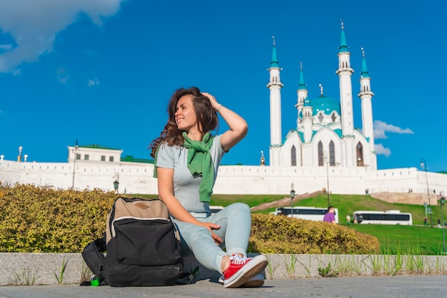 Uma jovem posando em uma mesquita em kazan