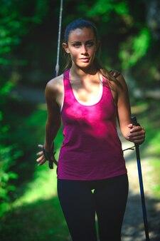 Uma jovem pratica caminhada nórdica
