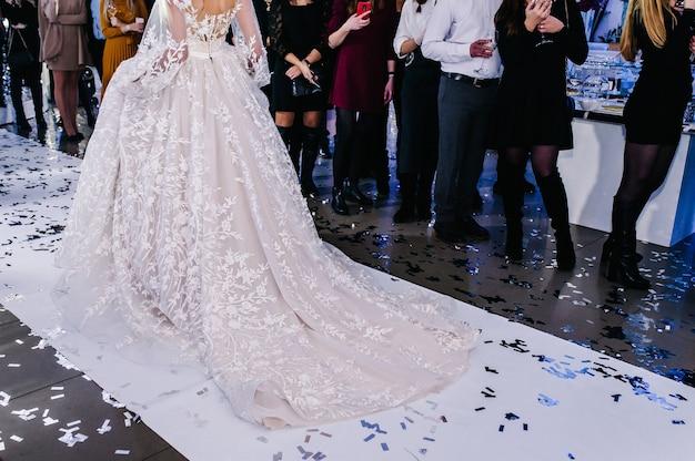 Uma jovem princesa em um vestido caro e luxuoso com cauda longa
