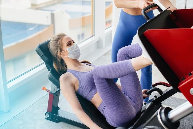 Uma jovem realiza exercícios no ginásio.