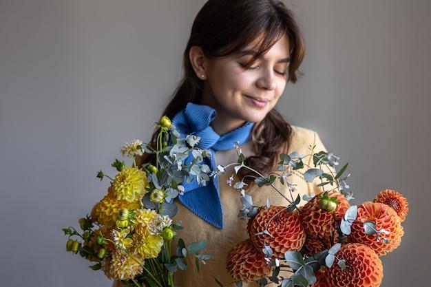 Uma jovem segurando um buquê de flores de crisântemos