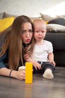 Uma jovem tenta confortar seu bebezinho que está chorando