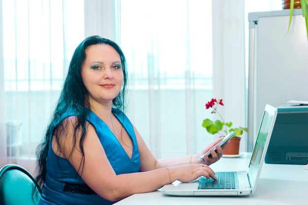 Uma judia morena faz compras na internet pagando com cartão do banco. foto horizontal