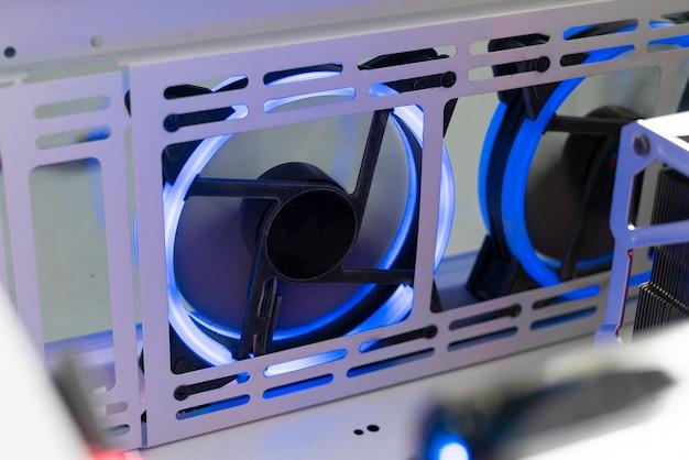 Uma lâmina de ventilação do refrigerador de ar de computador com luz led colorida