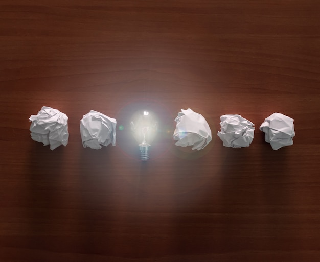 Uma lâmpada com bolas de papel.