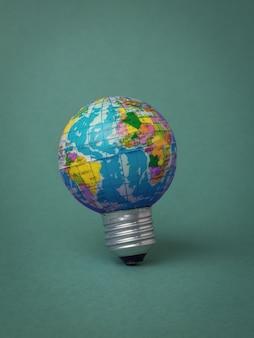 Uma lâmpada de globo em um fundo verde escuro.