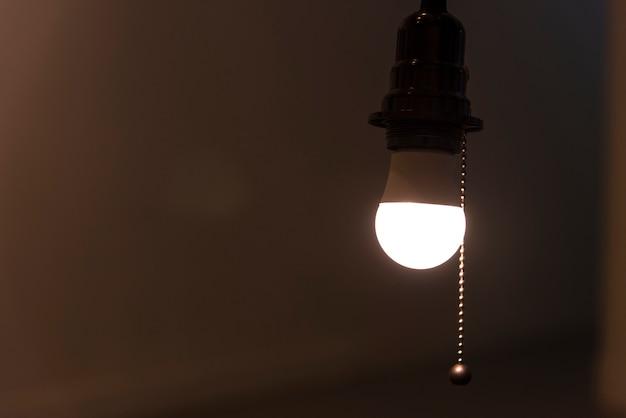Uma lâmpada de luz brilhante pendurado em um quarto