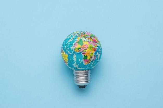 Uma lâmpada em forma de globo com um mapa sobre um fundo azul.