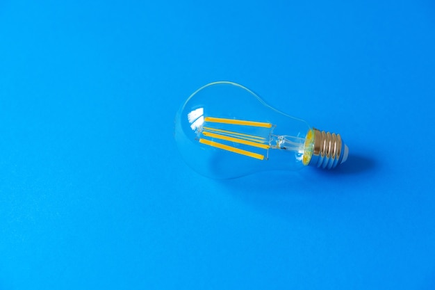 Uma lâmpada em um fundo de papel azul