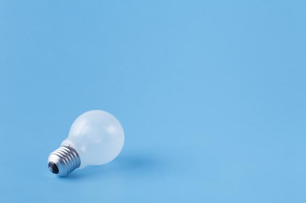 Uma lâmpada no fundo azul liso