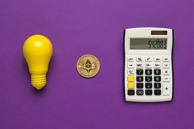 Uma lâmpada, uma calculadora e uma moeda digital em um fundo roxo.