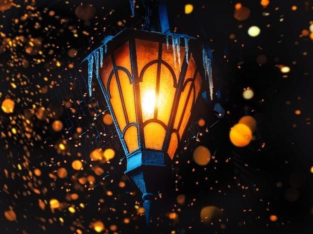 Uma lanterna de rua antiga mágica brilha na rua à noite. muitas luzes brilhantes em torno de .. vintage old street classic lanterna de ferro na parede da casa. lanterna mágica de natal ou dia das bruxas.