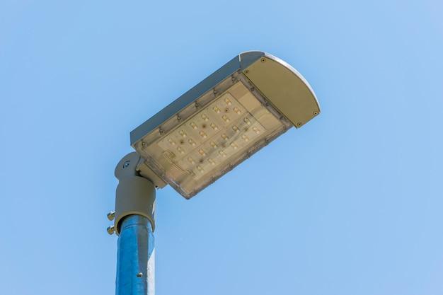 Uma lanterna led de rua ilumina as ruas à noite, economizando energia.