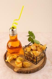Uma laranja descascada de frente se fisaliza dentro da cesta com coquetel na mesa rosa