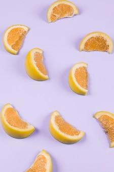 Uma laranja fatias no fundo roxo
