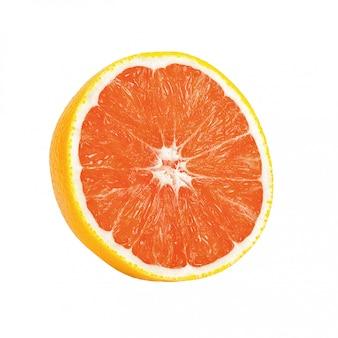 Uma laranja meio madura isolada em um fundo branco.