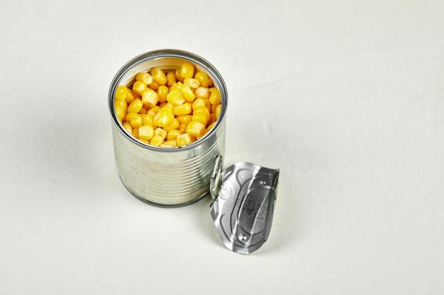 Uma lata de milho doce cozido.