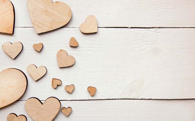 Uma linda com muitos corações de madeira na mesa branca
