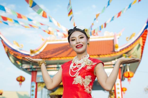 Uma linda garota asiática, vestindo um terno vermelho
