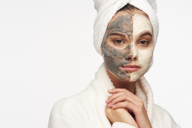 Uma linda garota com uma máscara contra pontos pretos em seu rosto