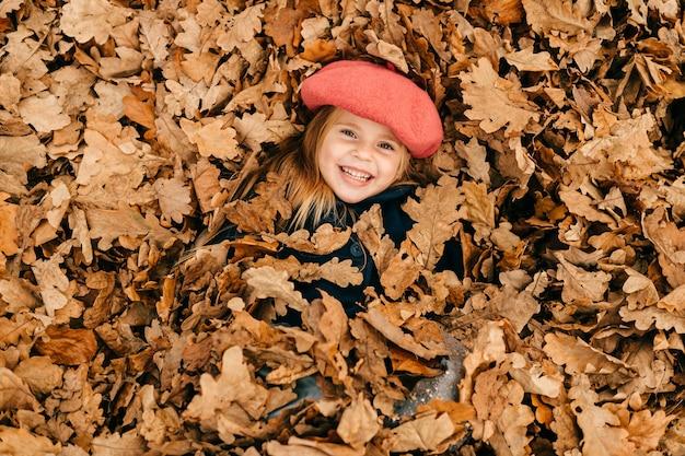 Uma linda garota deitada nas folhas