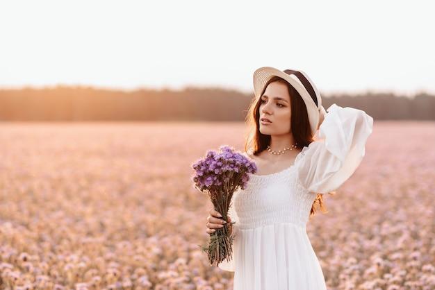 Uma linda garota em um campo de lavanda