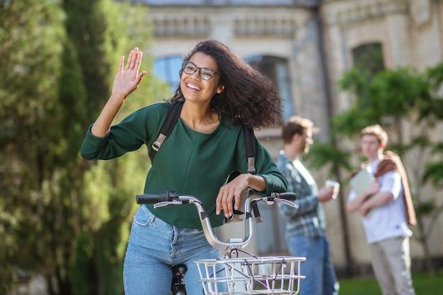 Uma linda garota em uma bicicleta se sentindo bem em um dia ensolarado