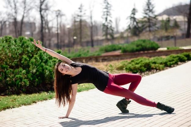 Uma linda garota está envolvida em coreografia na natureza.