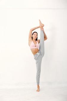Uma linda garota está envolvida em um estúdio de yoga