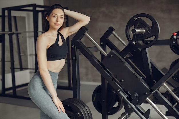 Uma linda garota está envolvida em um ginásio