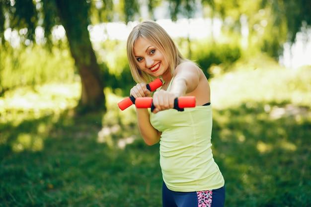 Uma linda garota está envolvida no exercício de manhã no parque.