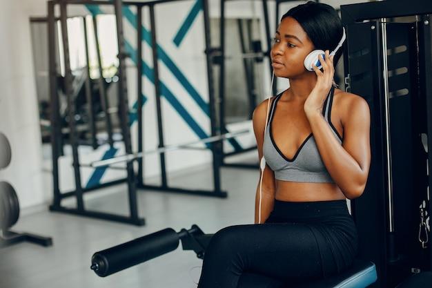 Uma linda garota negra está envolvida em um ginásio