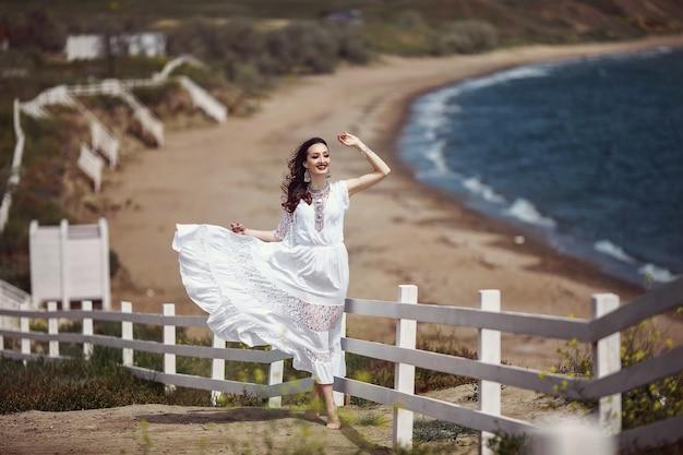 Uma linda garota, noiva, em um vestido branco